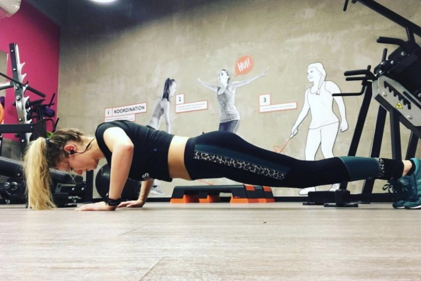 Abu Dhabi Trainer Jess - chest training pushups