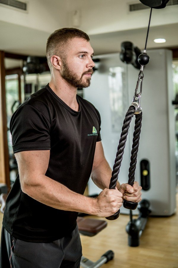 Abu Dhabi PT Ryan - Lat Pull Down Exercise Example 1