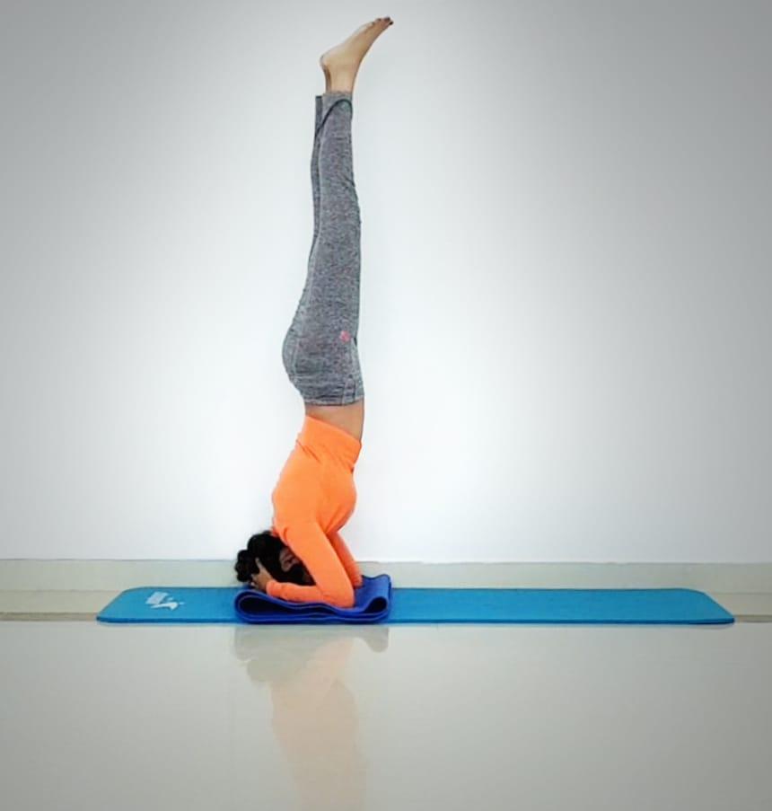 Abu Dhabi Yoga Coach Shweta - Sirsasana - heasatand